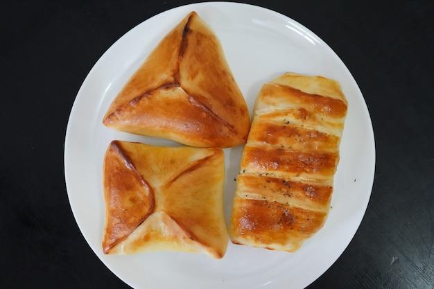 Pyszne nadziewane pieczone przekąski na białym talerzu