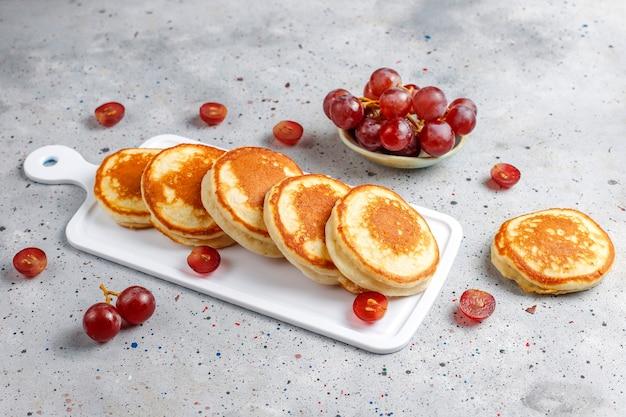Pyszne naleśniki z czerwonymi winogronami.