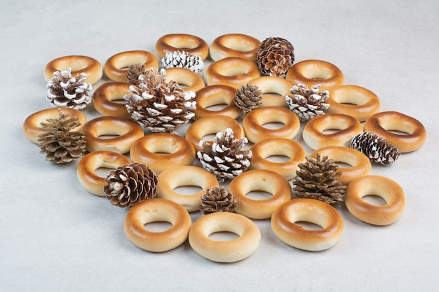 Pyszne okrągłe ciasteczka z szyszkami na białym tle. wysokiej jakości zdjęcie