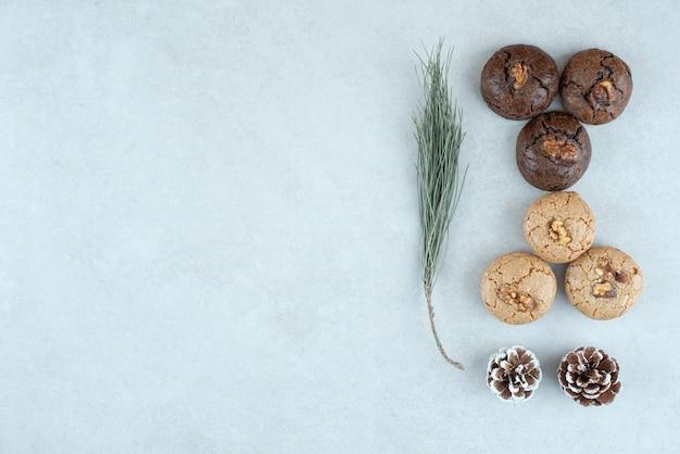 Pyszne okrągłe ciasteczka ze świątecznymi szyszkami.