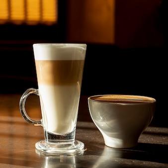 Pyszne organiczne latte macchiato z mlekiem