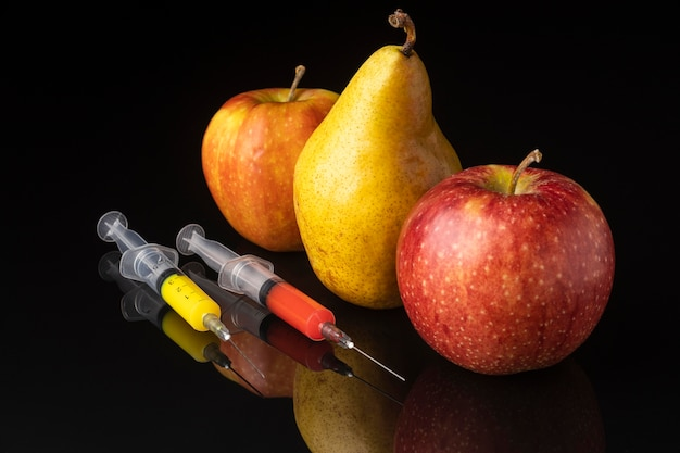 Pyszne owoce i strzykawki