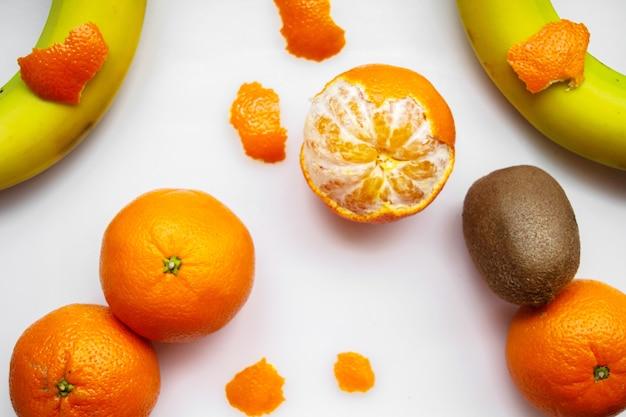 Pyszne owoce kolorowe witaminy wzbogacone łagodne owoce na białej podłodze
