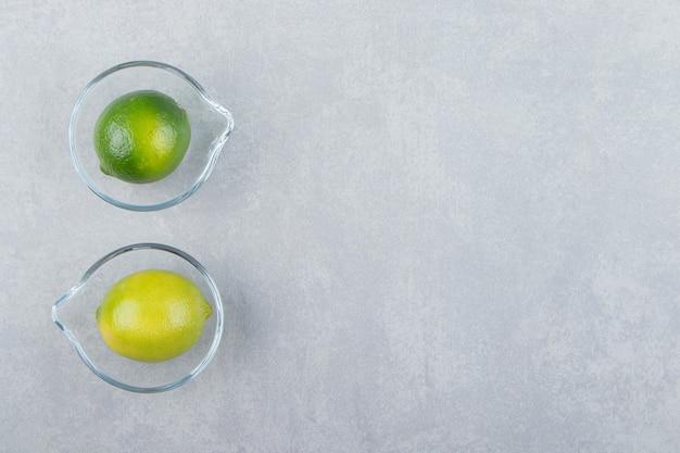 Pyszne owoce limonki w szklanych miseczkach