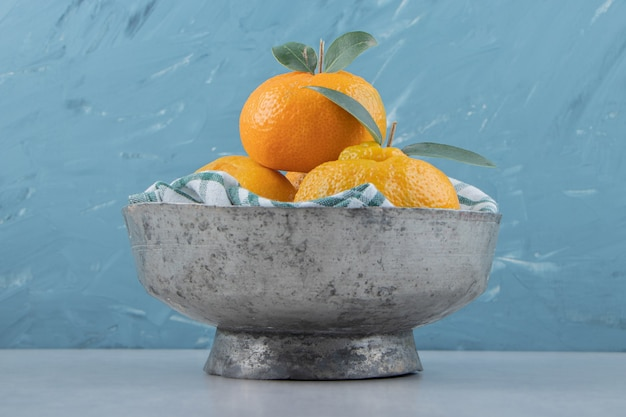 Pyszne owoce mandarynki w metalowej misce.
