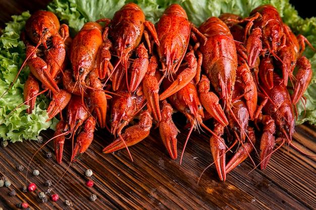 Pyszne owoce morza homar na sałacie