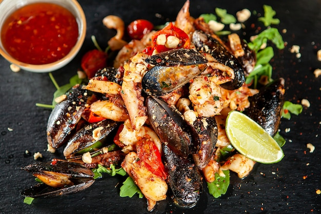 Pyszne owoce morza z pikantnym sosem.dobra kuchnia śródziemnomorska