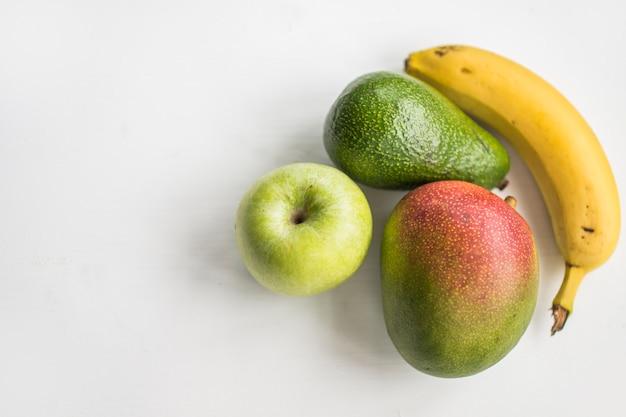 Pyszne owoce na białym tle