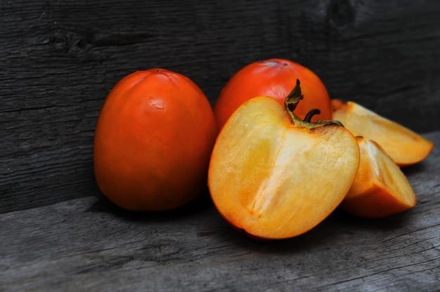 Pyszne persimmons na drewnianym