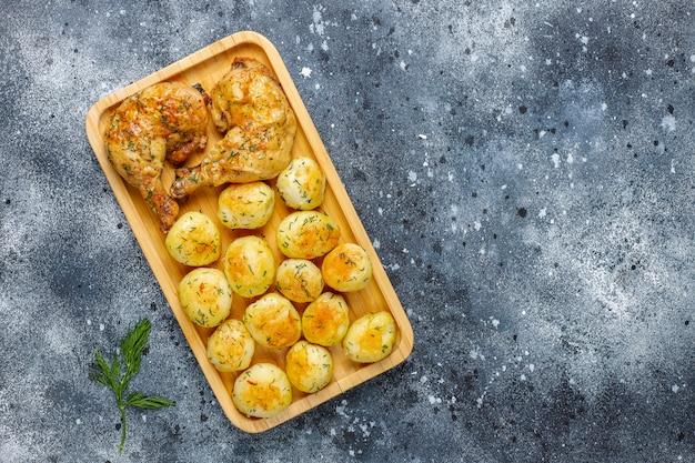 Pyszne pieczone młode ziemniaki z koperkiem i kurczakiem, widok z góry