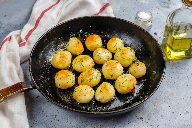 Pyszne pieczone młode ziemniaki z koperkiem, widok z góry