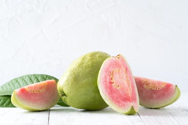 Pyszne piękne owoce guawa ze świeżym sokiem na białym tle