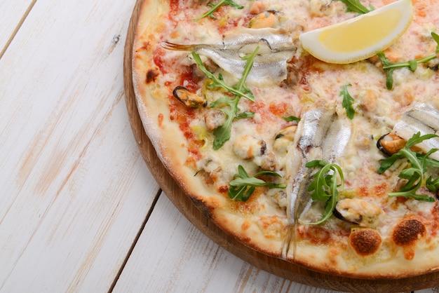 Pyszne pikantne włoskie jedzenie, pizza z anchois i korniszonami, gorące pikantne posiłki dla smakoszy