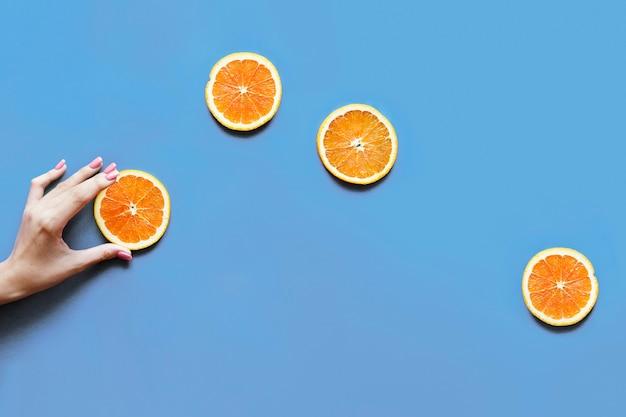 Pyszne plasterki pomarańczy cytrusowych układane płasko