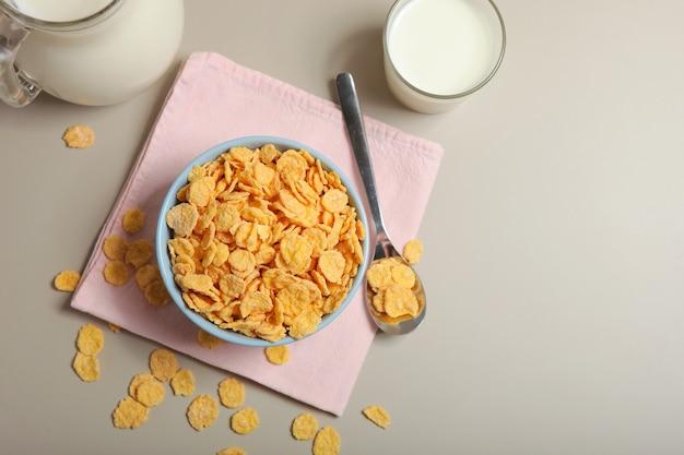 Pyszne płatki kukurydziane na talerzu na stole