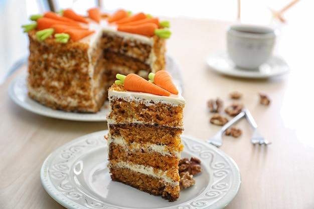 Pyszne pokrojone ciasto marchewkowe na stole