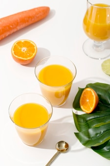 Pyszne pomarańczowe koktajle pod dużym kątem