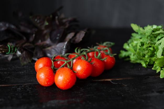 Pyszne pomidorki koktajlowe z bazylią i rukolą