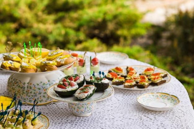 Pyszne przekąski na stole weselnym w luksusowej restauracji na świeżym powietrzu
