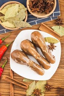 Pyszne przyprawione głowy kaczki na talerzu