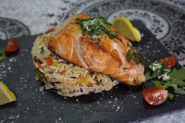Pyszne przyprawy do smażonego fileta z łososia na plasterkach cytryny z dzikiego ryżu i warzywach