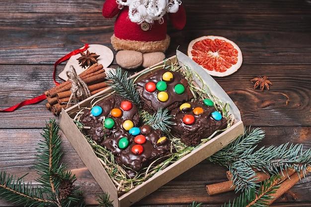 Pyszne pudełko na ciasto z dekoracjami świątecznymi