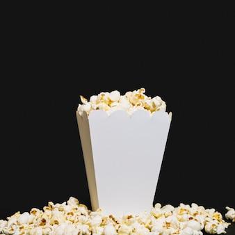 Pyszne pudełko popcornu gotowe do podania