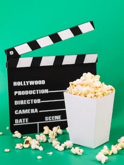 Pyszne pudełko popcornu z filmowym clapperboard