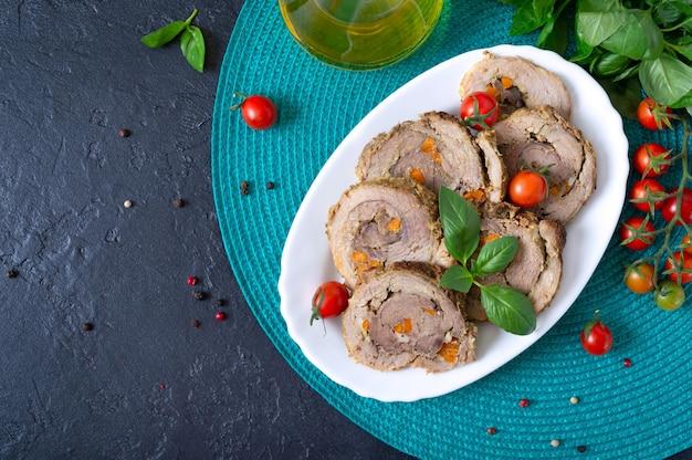 Pyszne roladki mięsne nadziewane warzywami z pomidorkami koktajlowymi i bazylią
