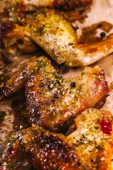 Pyszne skrzydełka z kurczaka na drewnianym stole