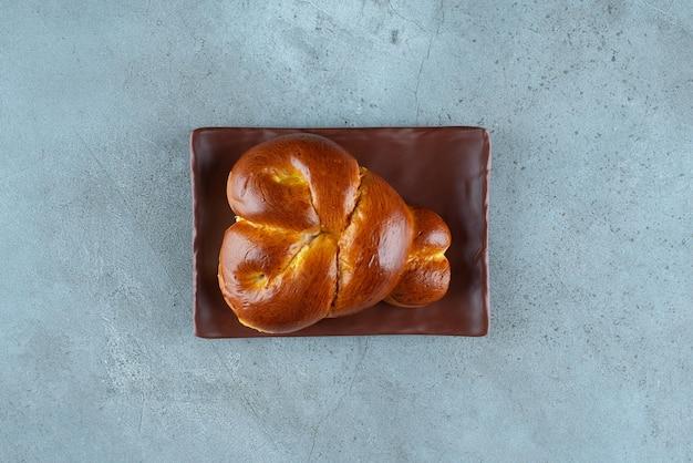 Pyszne słodkie ciasto na brązowym talerzu.