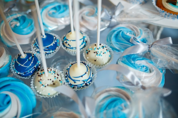 Pyszne słodkie cukierki i ciastka dla dzieci na urodziny