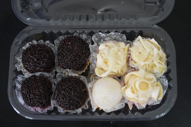 Pyszne słodkie cukierki z czarnej i białej czekolady