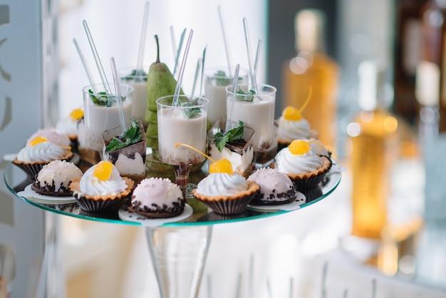 Pyszne słodycze na bufecie ze słodyczami