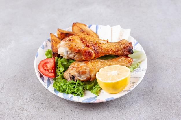 Pyszne smażone mięso z udek z kurczaka z przyprawami i warzywami