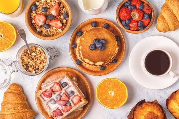 Pyszne śniadanie na lekkim stole.