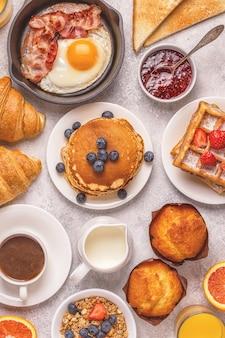 Pyszne śniadanie na lekkim stole