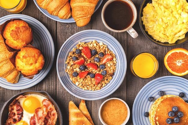 Pyszne śniadanie na rustykalnym stole