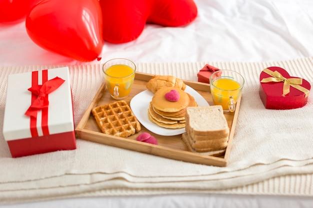 Pyszne śniadanie pod dużym kątem w łóżku