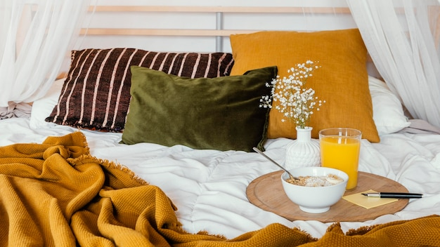 Pyszne śniadanie w koncepcji łóżka