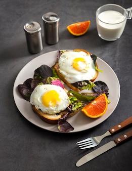 Pyszne śniadanie z bliska gotowe do podania