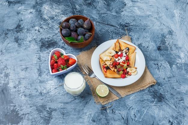 Pyszne śniadanie z goframi i owocami