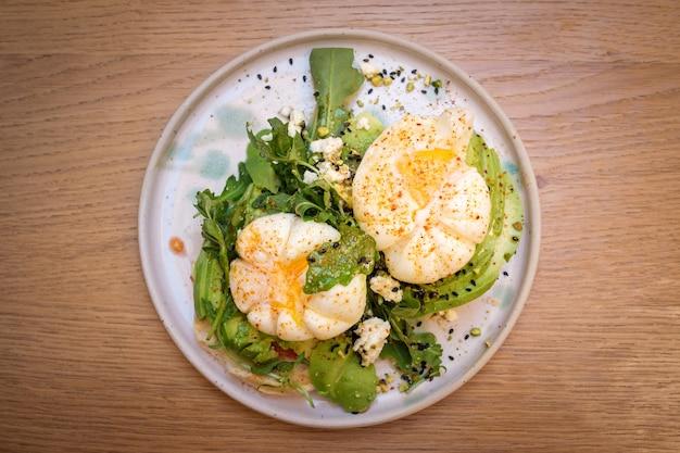 Pyszne śniadanie z jajkiem awokado i kawą chai