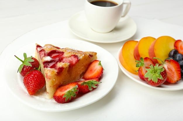 Pyszne śniadanie z kawą i smacznym ciastem