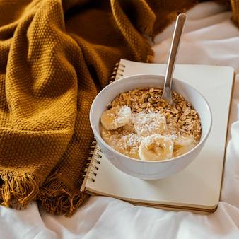 Pyszne śniadanie ze zbożami i bananem