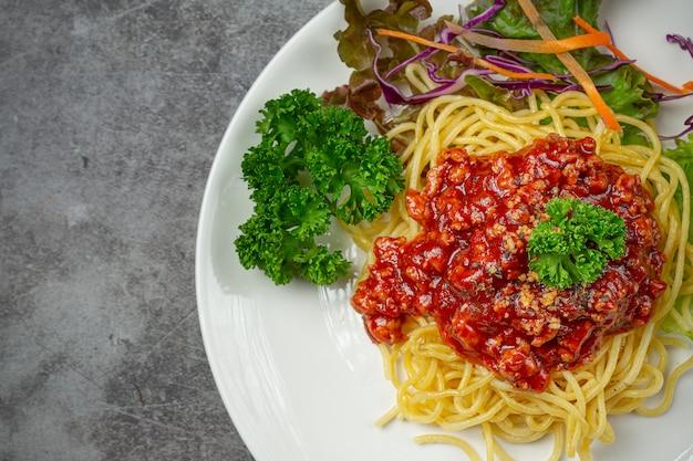 Pyszne spaghetti podawane z pięknymi składnikami.