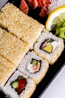 Pyszne sushi na czarnym talerzu