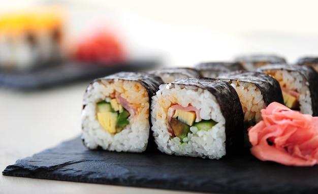 Pyszne sushi podawane na stole