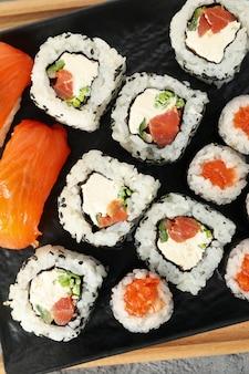 Pyszne sushi rolki, widok z góry. japońskie jedzenie