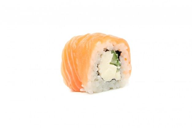 Pyszne sushi roll na białym tle